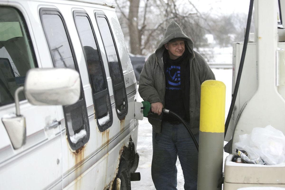 Usuario ruso en una gasolinera (Foto: GETTY)
