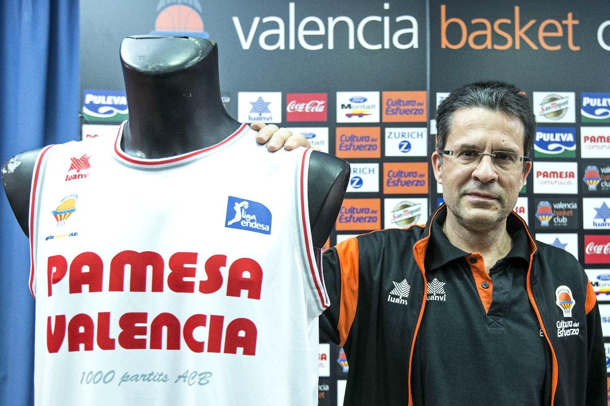 Pedro Martínez, junto a la camiseta que conmemora los 1.000 partidos en ACB. (EFE)