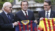 Vilarrubí presenta una camiseta con los ex presidentes Rosell y Mas. (Foto: Agencias)