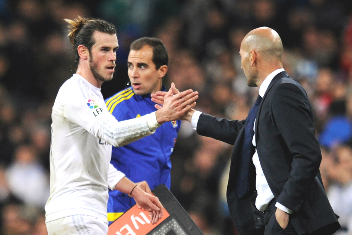 Zidane felicita a Gareth Bale por su mejor partido de la temporada.