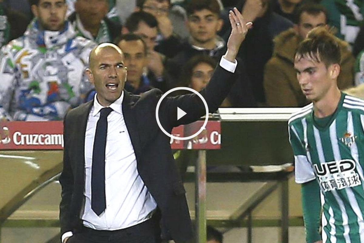 Zidane da instrucciones a sus pupilos contra el Betis.