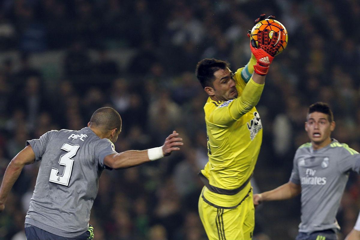 Adán ataja la pelota ante Pepe. (EFE)