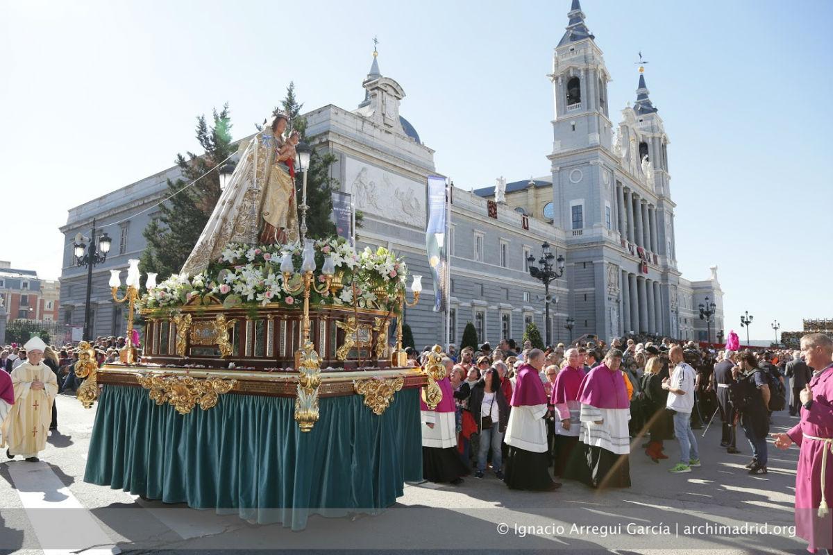 Procesión de la Almudena frente a la Catedral de Madrid (Foto: ARCHIDIÓCESIS DE MADRID)