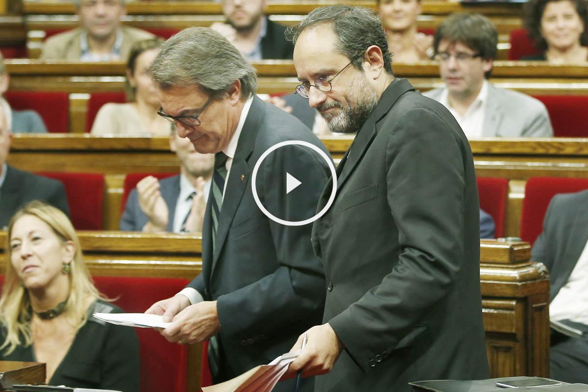 Artur Mas y Antonio Baños en la sesión de investidura en el Parlament de Cataluña. (Foto:EFE)