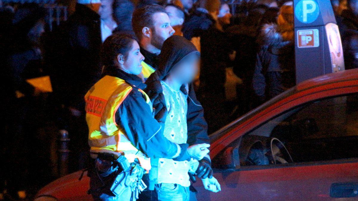 La Policía de Colonia arresta a un hombre cerca de la estación de tren de Colonia el pasado 1 de enero. (Foto: AFP)