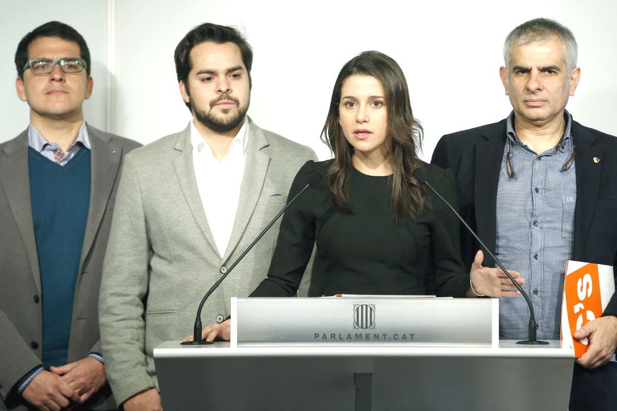 La presidenta del grupo parlamentario de Ciudadanos, Inés Arrimadas (2d), junto a portavoz del grupo, Carlos Carrizosa (d), y los diputados, Fernando de Páramo (2i) y José María Espejo-Saavedra (i) (Foto: Efe)