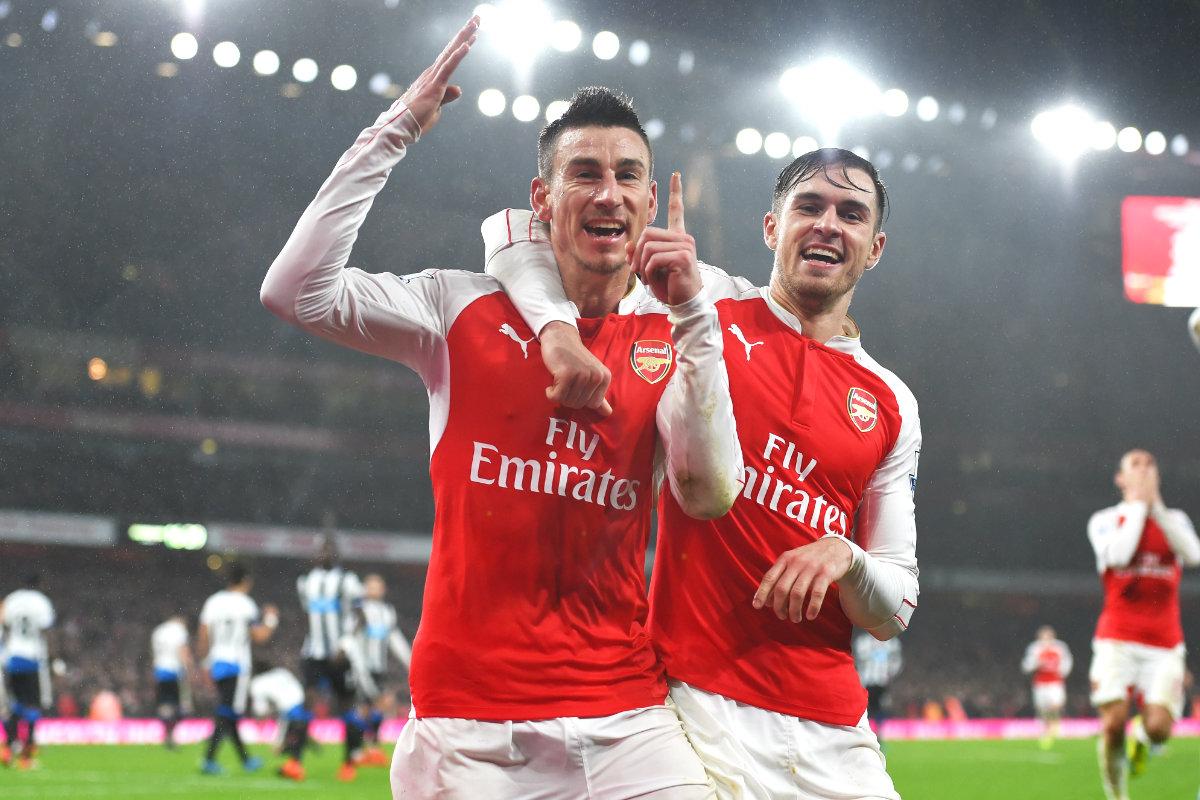 Koscielny pone líder de la Premier al Arsenal con su gol. (Getty)