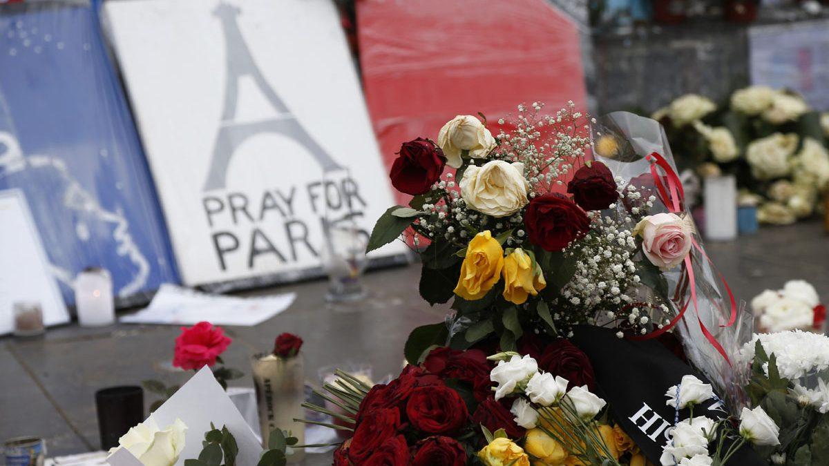 Flores en recuerdo de las víctimas de París. (Foto: AFP)