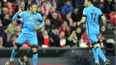 Neymar y Munir celebran el segundo gol del Barça en San Mamés. (AFP)