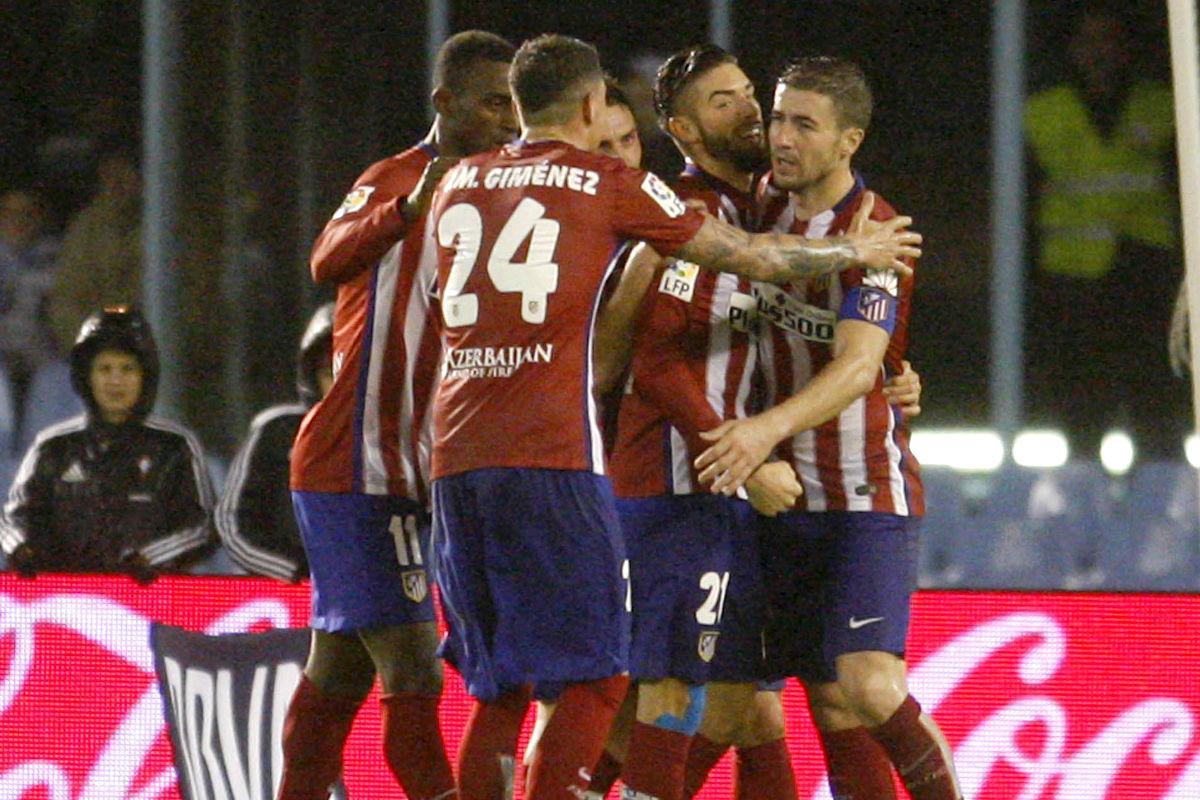 Los jugadores del Atlético hacen piña tras la sentencia de Carrasco.