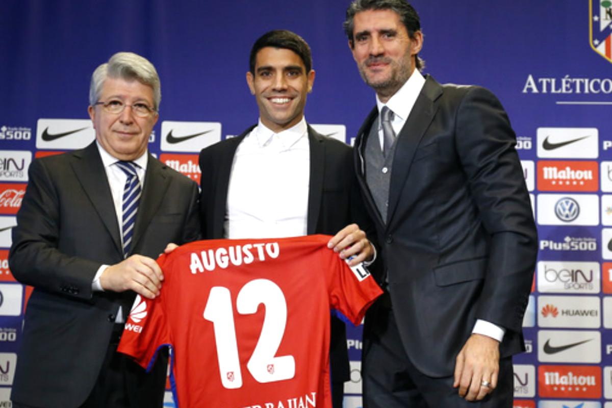 Augusto posa con su camiseta junto a Caminero y Cerezo. (Atlético de Madrid)