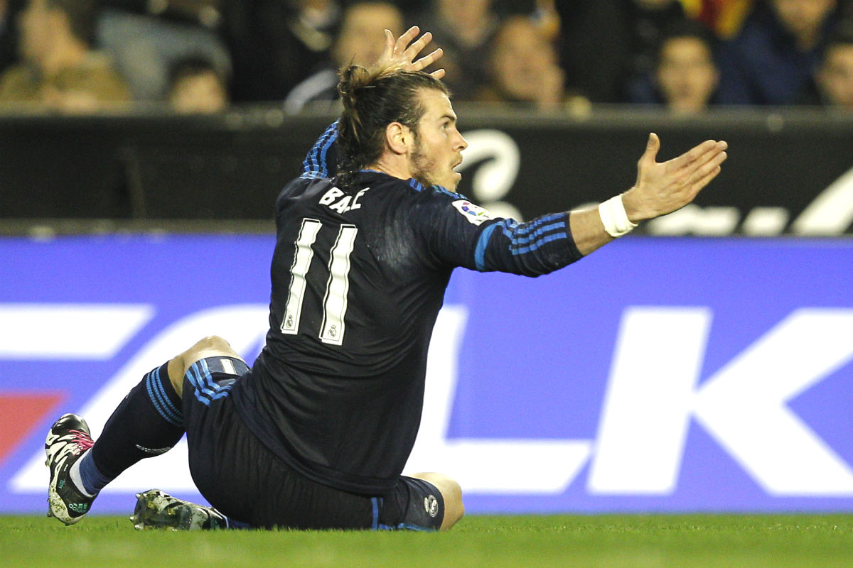Bale se queja del penalti no señalado en Mestalla. (AFP)