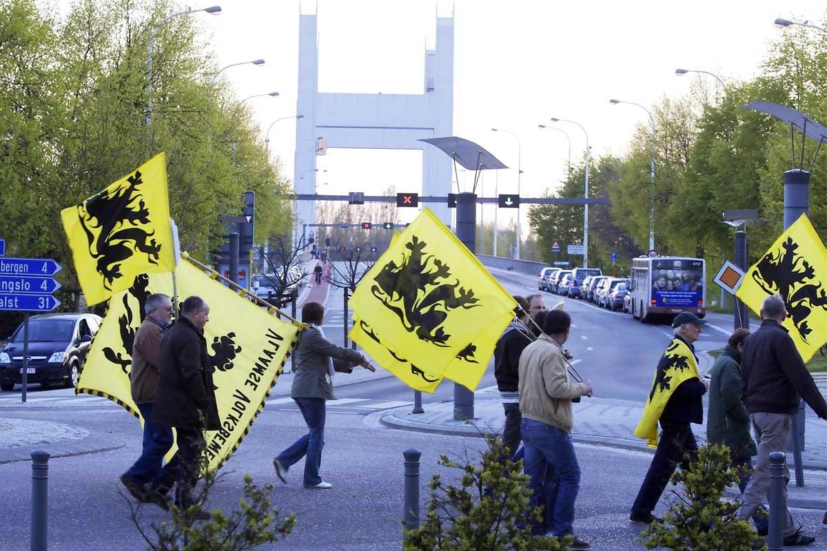 Manifestantes con la bandera flamenca. (Foto: AFP)