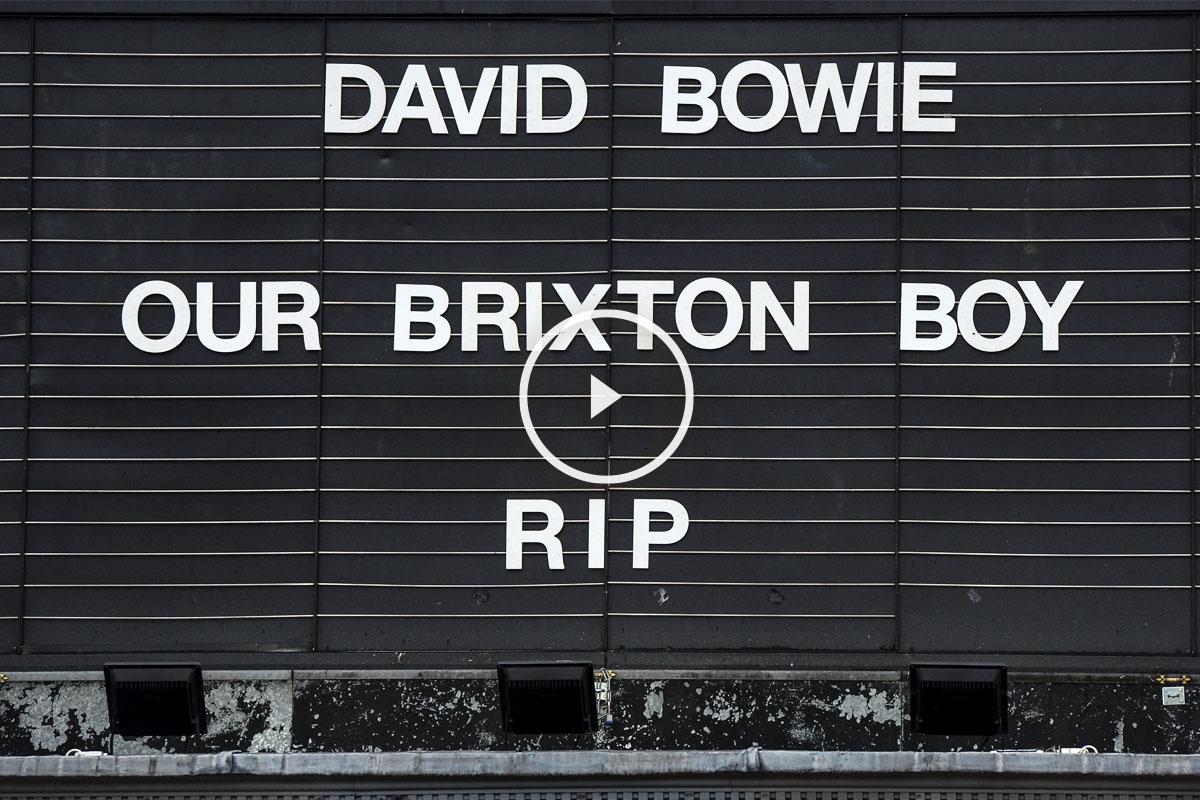Cartel en la fachada del cine Ritzy, en Brixton, el barrio donde nació Bowie. (Foto: AFP)