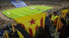 Aficionados del Barcelona muestran la estelada en el Camp Nou. (Getty)
