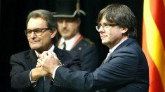 Artur Mas y su sucesor, Carles Puigdemont (Foto: Efe).