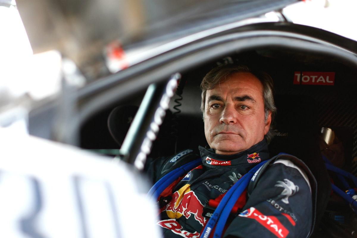 Carlos Sainz, dentro de su Peugeot en una etapa del Dakar. (Getty)