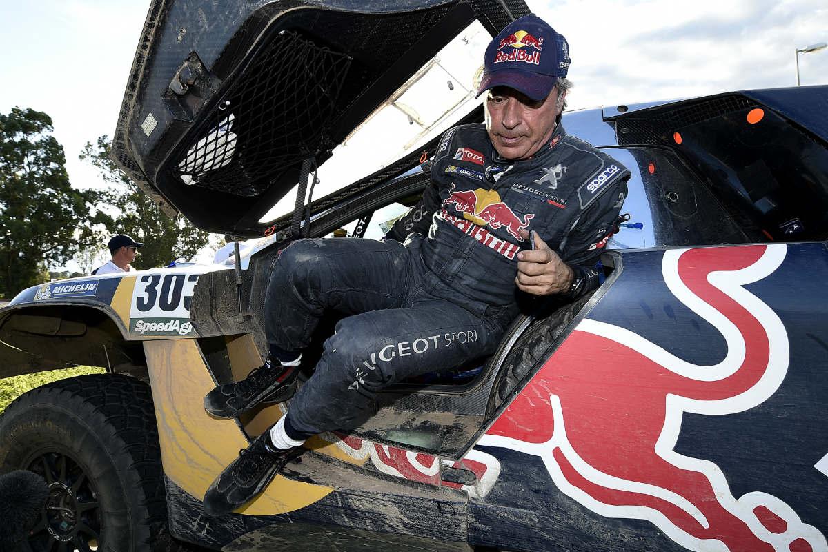 Carlos Sainz sale de su coche en el Dakar. (AFP)