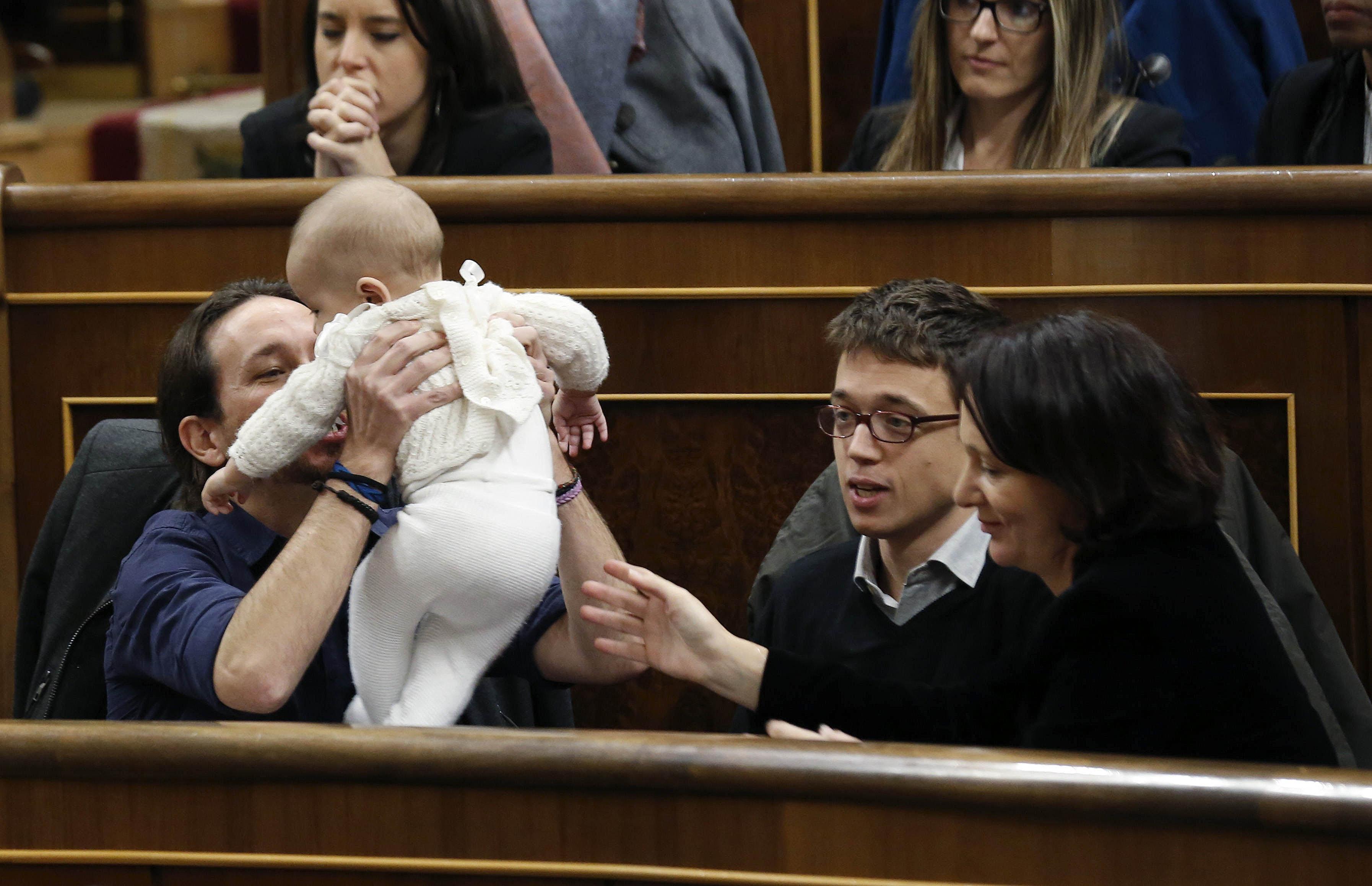 13 de enero: se constituye el Congreso de los Diputados, con Diego, el bebé de Carolina Bescansa, como protagonista. (Foto: EFE)