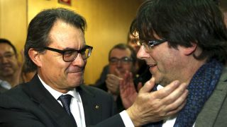 Mas saluda al presidente de la Generalitat, Carles Puigdemont (Foto: EFE).
