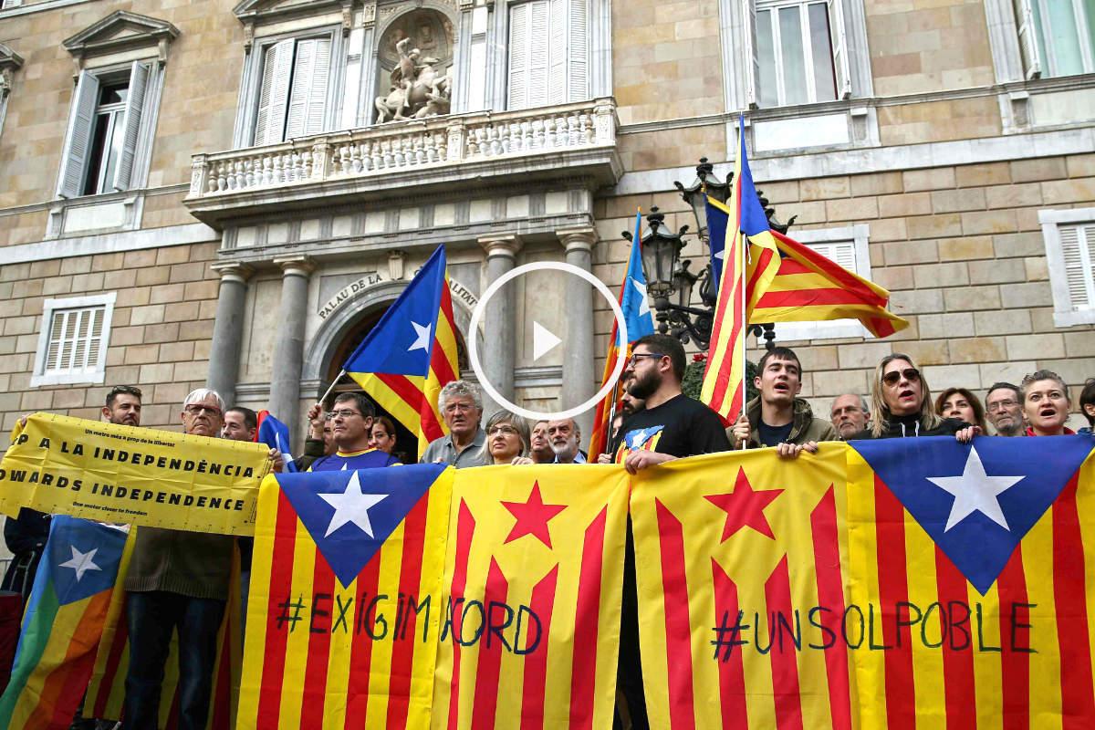 Concentración de entidades independentistas este sábado para pedir un acuerdo entre Junts pel Sí y la CUP (Foto: Efe).