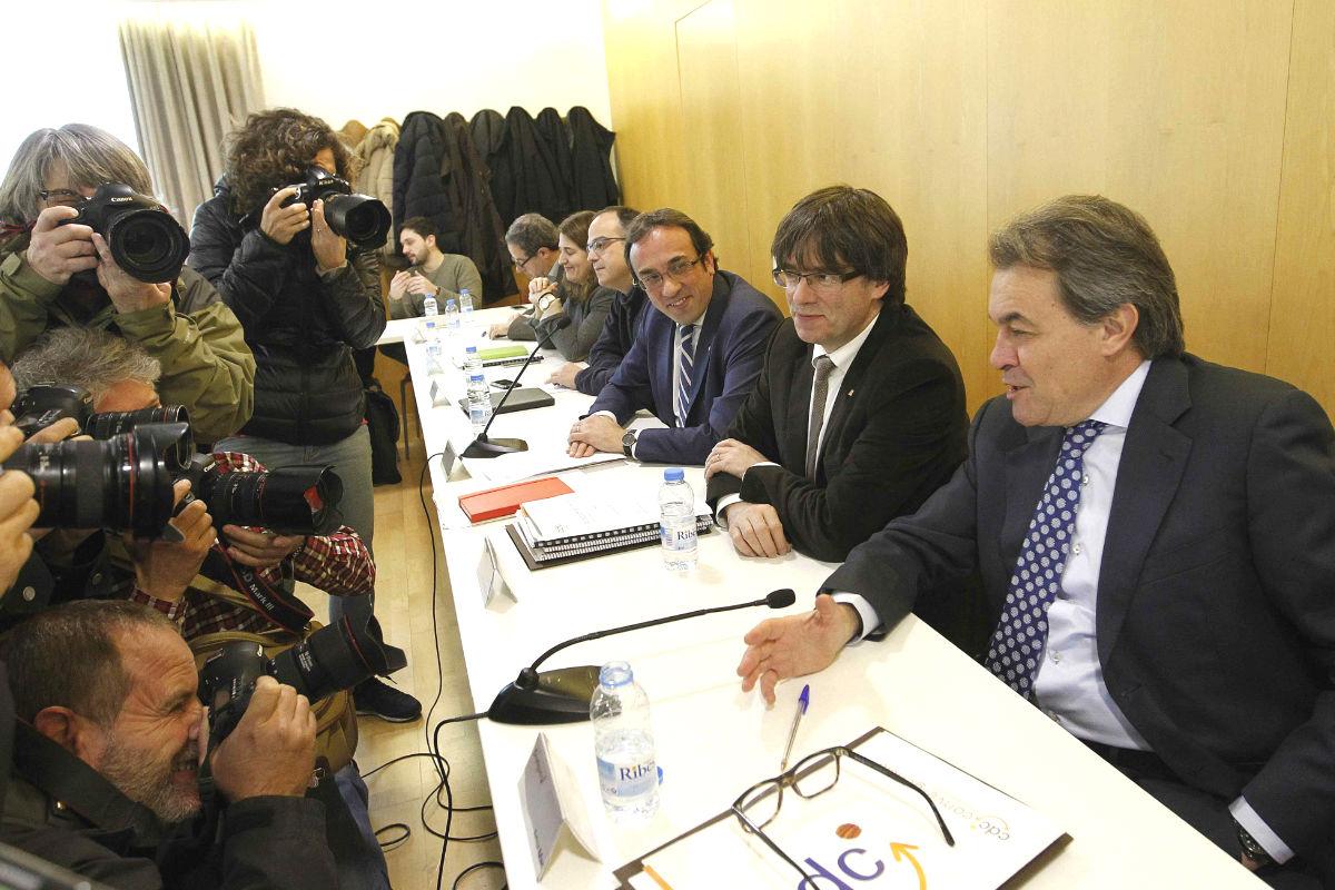 El presidente de la Generalitat, Carles Puigdemont (c) junto al expresidente de la Generalitat y presidente de CDC, Artur Mas (d) y el coordinador general, Josep Rull (i) durante la reunión de la ejecutiva de CDC (Foto: Efe)