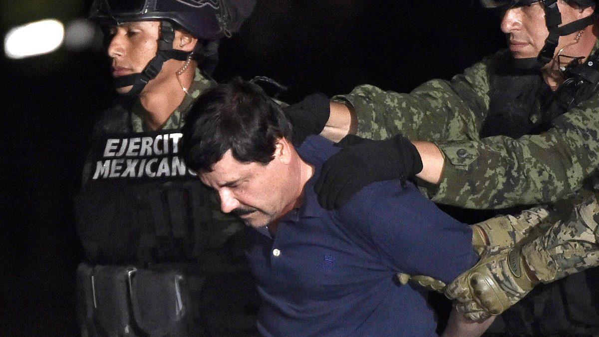 El 'Chapo' Guzmán conducido por militares (Foto: AFP).