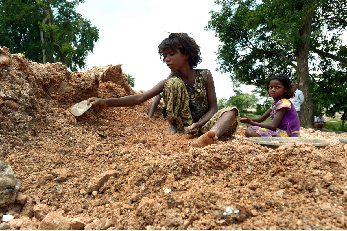 Dos niñas trabajan en una mina de India. (Foto: AFP)