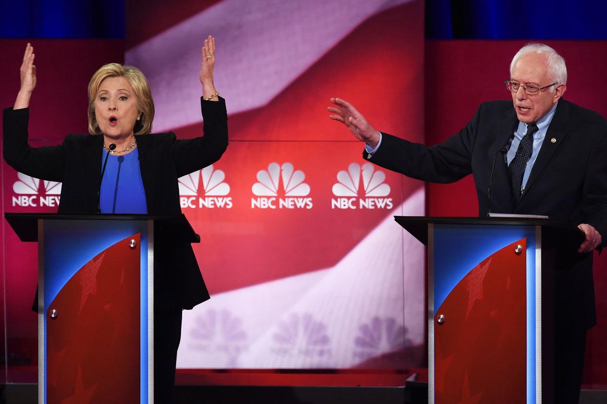Clinton y Sanders durante un momento del debate. (Foto: AFP)