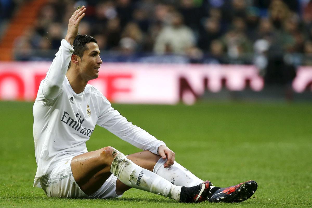 Cristiano, sentado en el césped del Bernabéu. (Reuters)