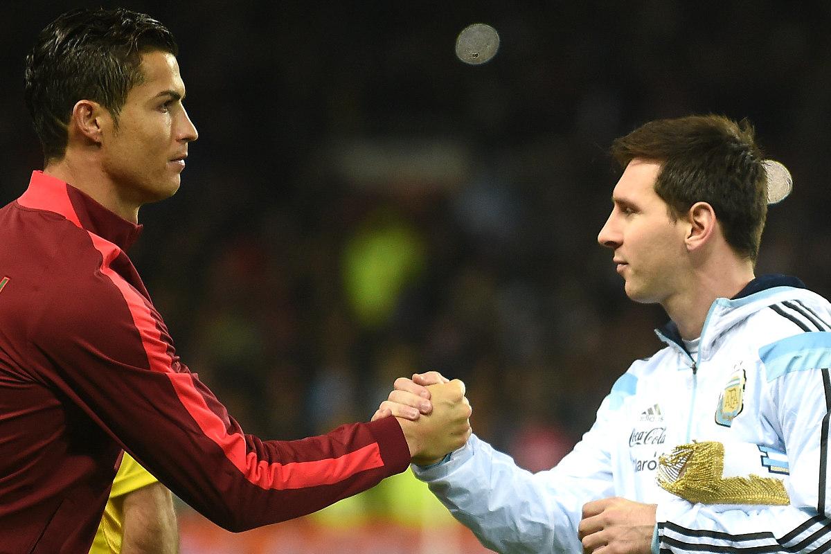Cristiano y Messi se saludan durante el Portugal-Argentina. (AFP)