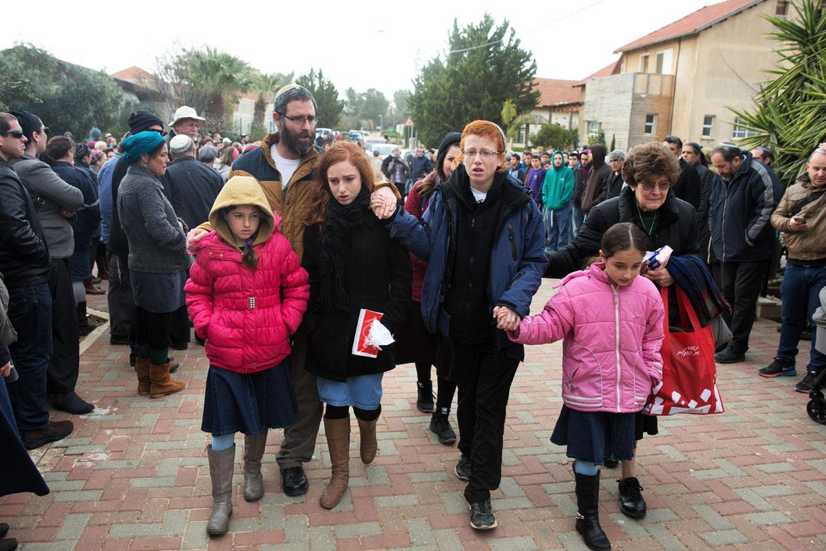 Marido e hijos de Dafna Meir, asesinada este domingo en su propia casa. (Foto: AFP)