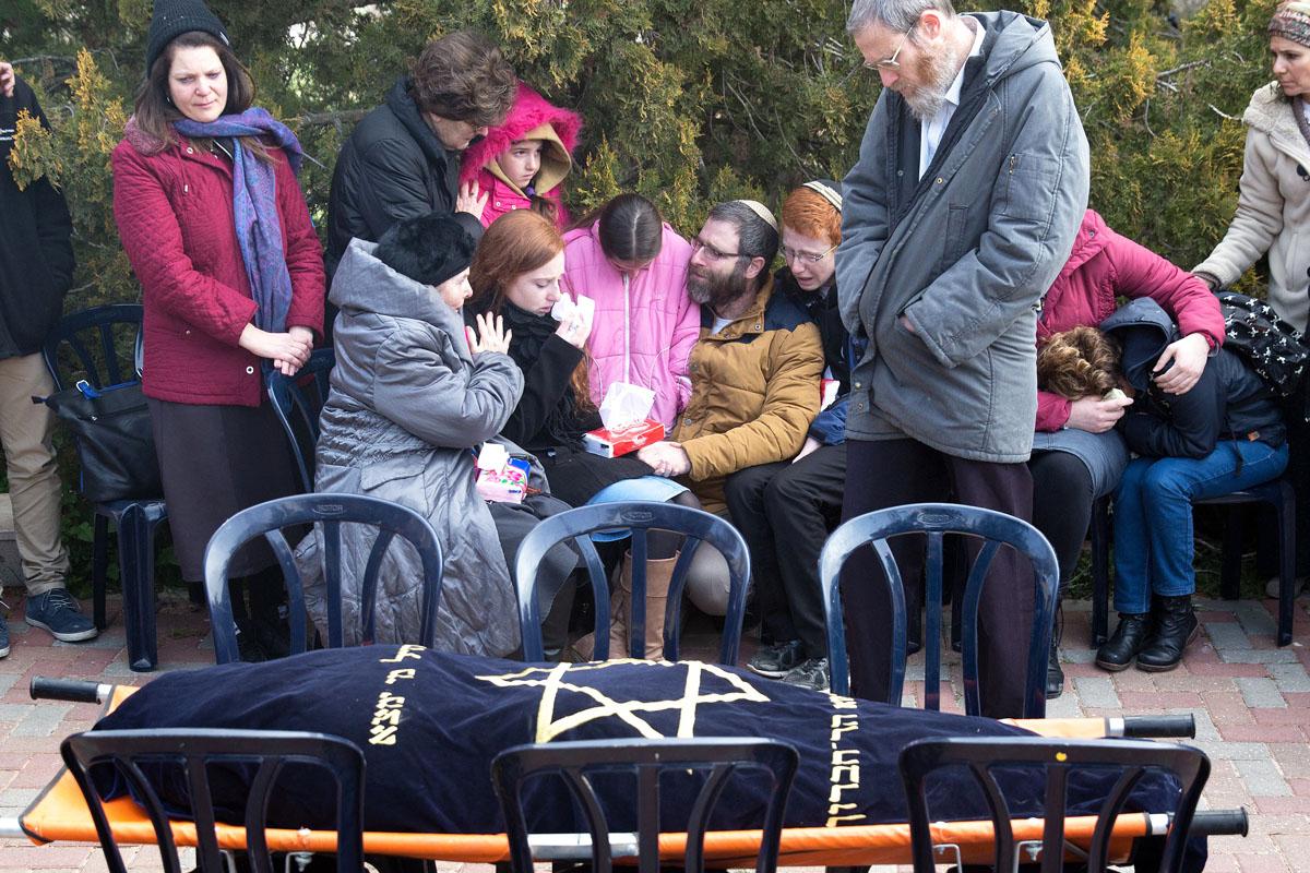 El marido y los hijos de Dafna Meir lloran frente a su cadáver. (Foto: AFP)