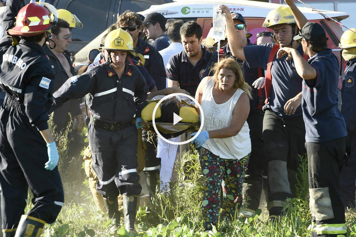 Las asistencias sanitarias evacuan a uno de los espectadores heridos (Foto: AFP).