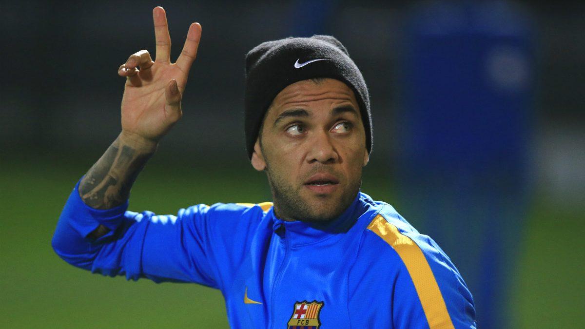 Dani Alves, en un entrenamiento con el Barça. (AFP)