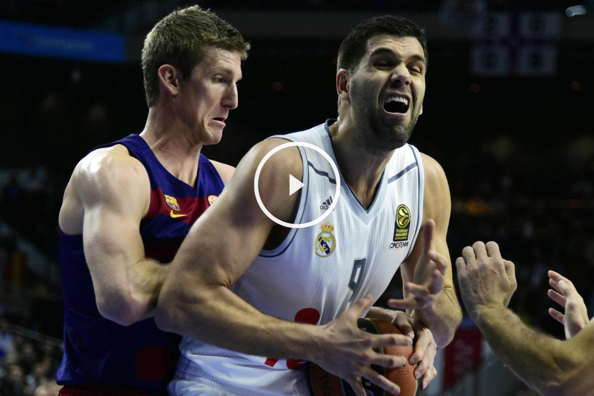 Doellman y Reyes disputan un balón. (AFP)
