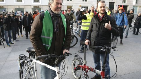 Los diputados electos de EQUO, Juantxo López de Uralde (i) y Jorge Luis Bail, pertenecientes al grupo parlamentario de Podemos, llegan en bicicleta a la sesión constitutiva de la Cámara para reivindicar una movilidad sostenible (Foto: Efe)