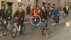 Los diputados electos de EQUO, pertenecientes al grupo parlamentario de Podemos, llegan en bicicleta a la sesión constitutiva de la Cámara para reivindicar una movilidad sostenible