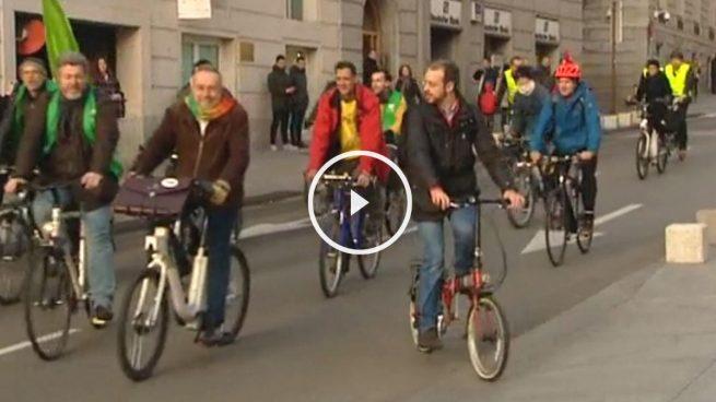 Los diputados de Equo acuden en bici y los de Compromís con una charanga
