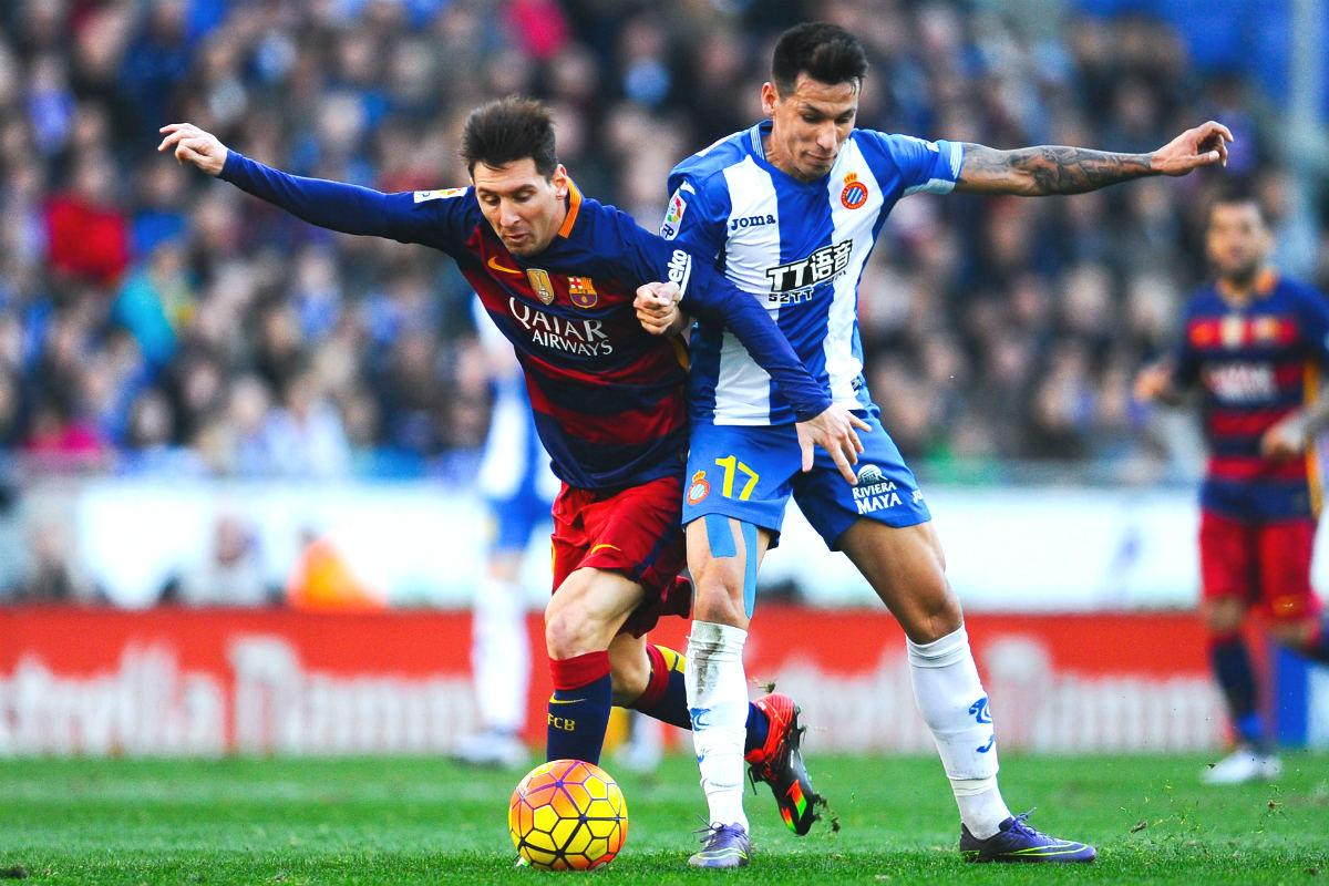 Hernán Pérez disputa un balón con Leo Messi. (Getty)