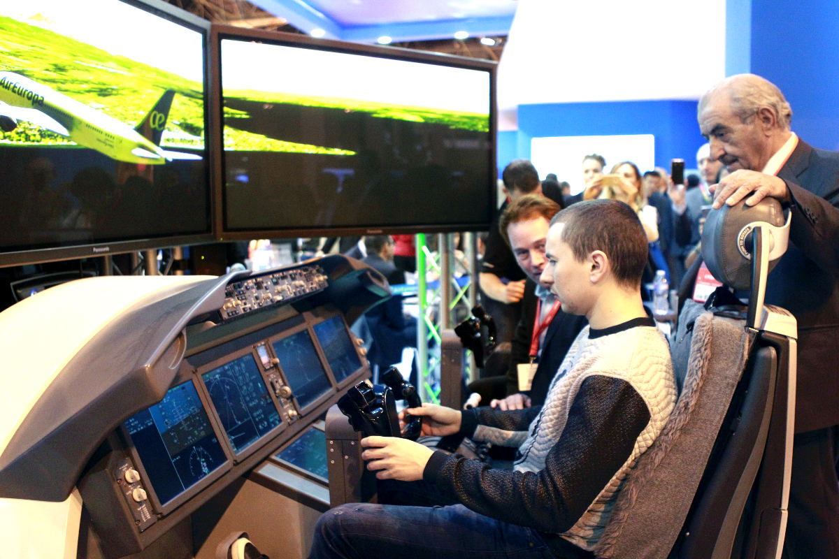 Jorge Lorenzo prueba un simulador en presencia de Juan José Hidalgo en el stand de Air Europa en Fitur (Foto: Efe).