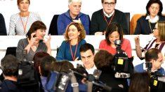 Pedro Sánchez y dirigentes del PSOE en el Comité Federal (Foto: AFP).