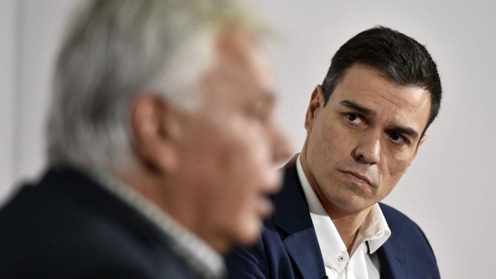 Pedro Sánchez escucha a Felipe González. (Foto: AFP)