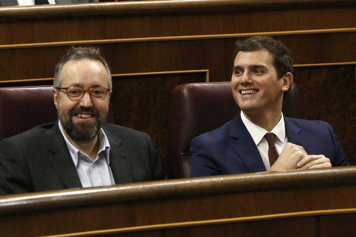 Juan Carlos Girauta junto a Albert Rivera en el Congreso. (Foto:EFE)