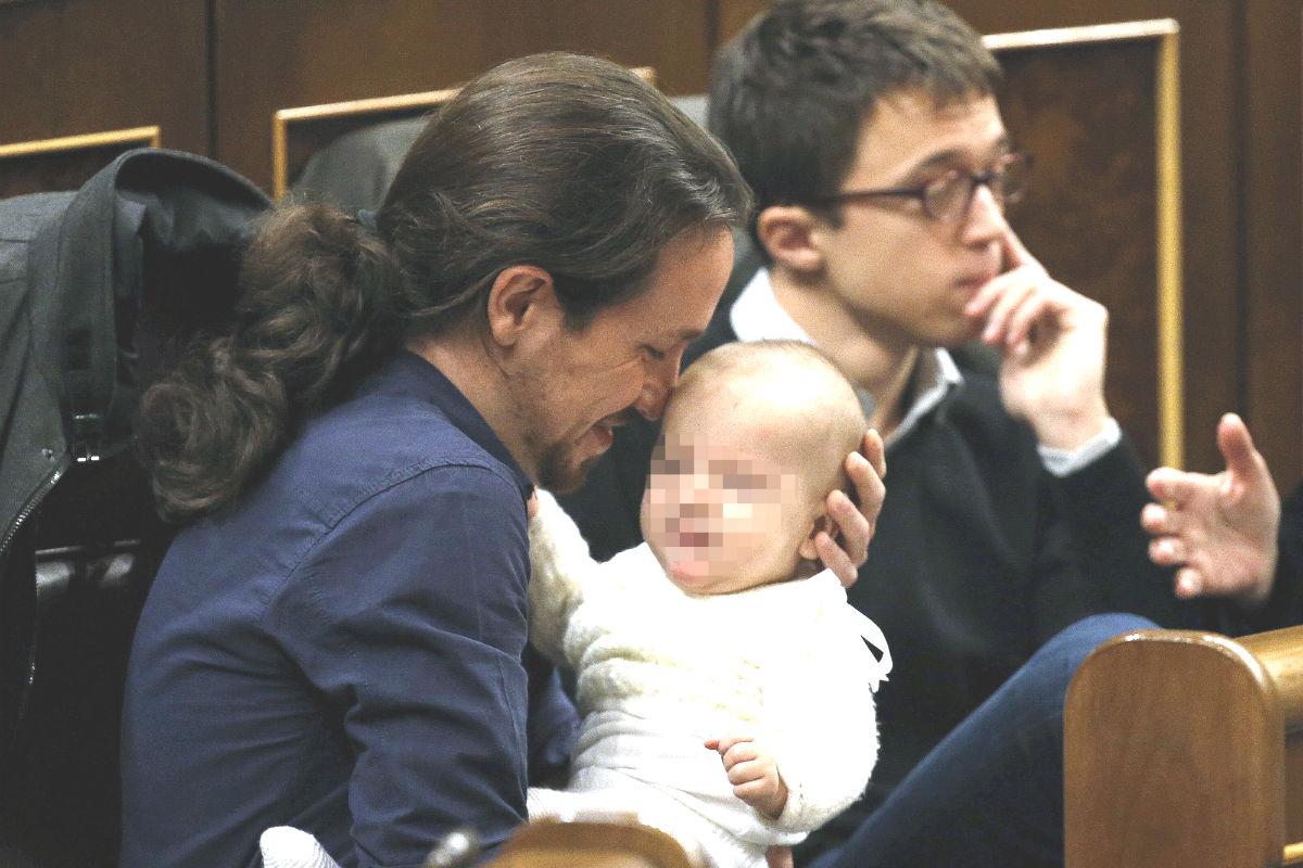 El líder de Podemos, Pablo Iglesias, con la hija de la diputada de su partido Carolina Bescansa en sus brazos en su escaño del Congreso. (Foto:EFE)