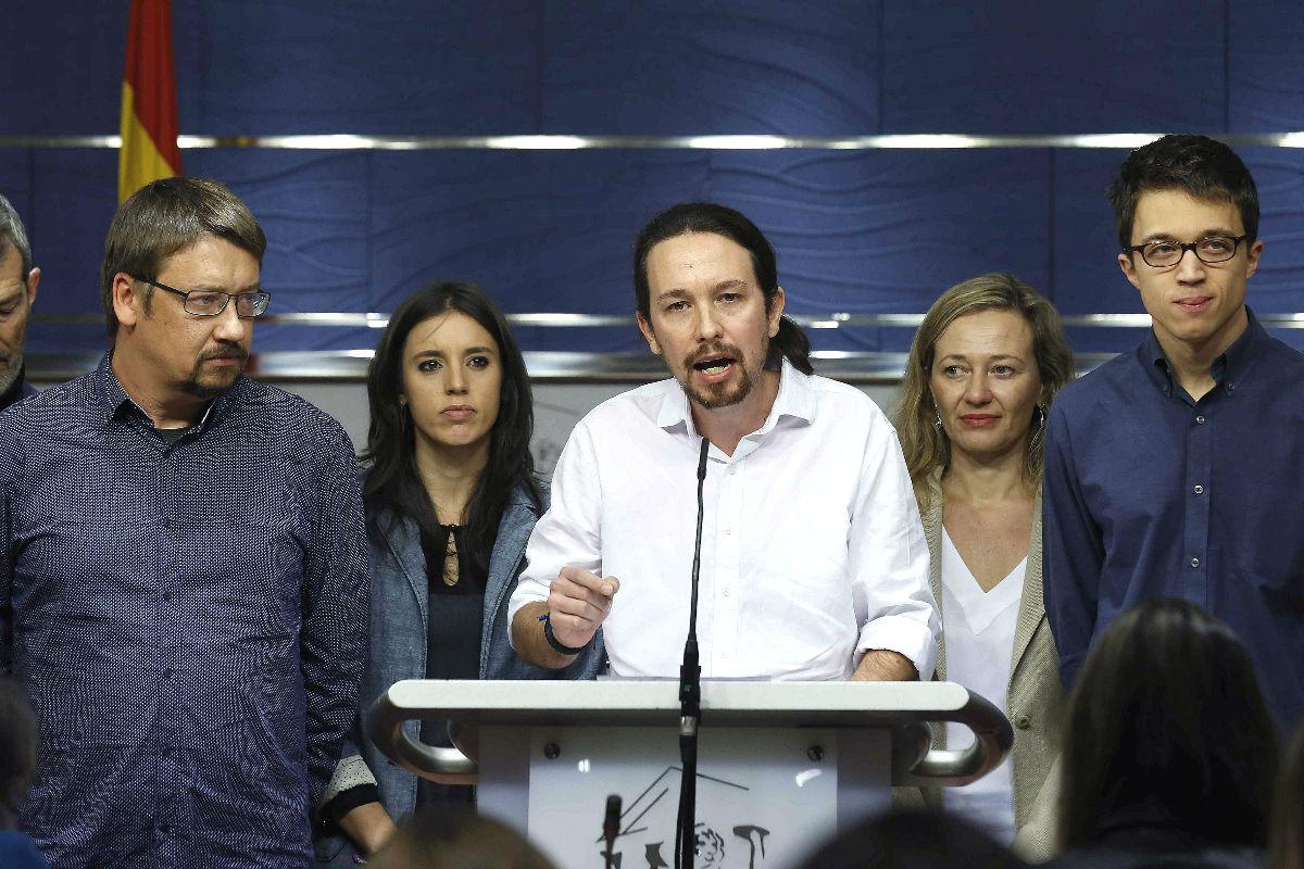 Pablo Iglesias junto a Xavier Domènech, Irene Montero, Victoria Rosell e Íñigo Errejón. (Foto: Efe)