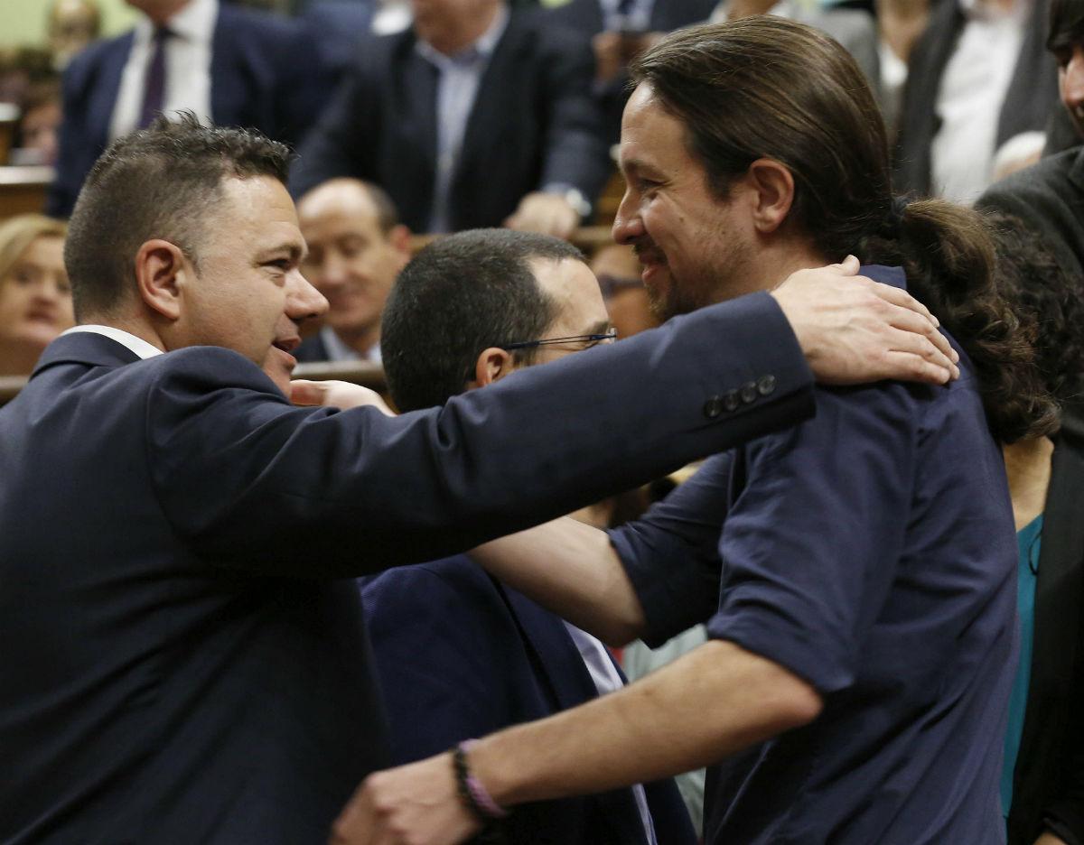 El líder de Podemos, Pablo Iglesias, saluda al diputado de su formación el guardia civil Juan Antonio Delgado (de la AUGC), en el Congreso. (Foto:EFE)