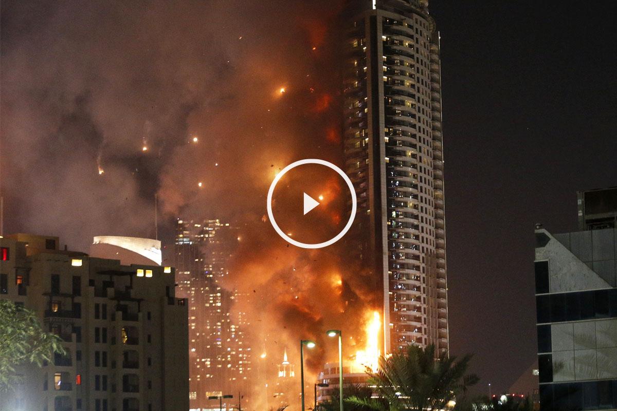 Panorámica del hotel envuelto en llamas en el centro de Dubai. (Foto: AFP)