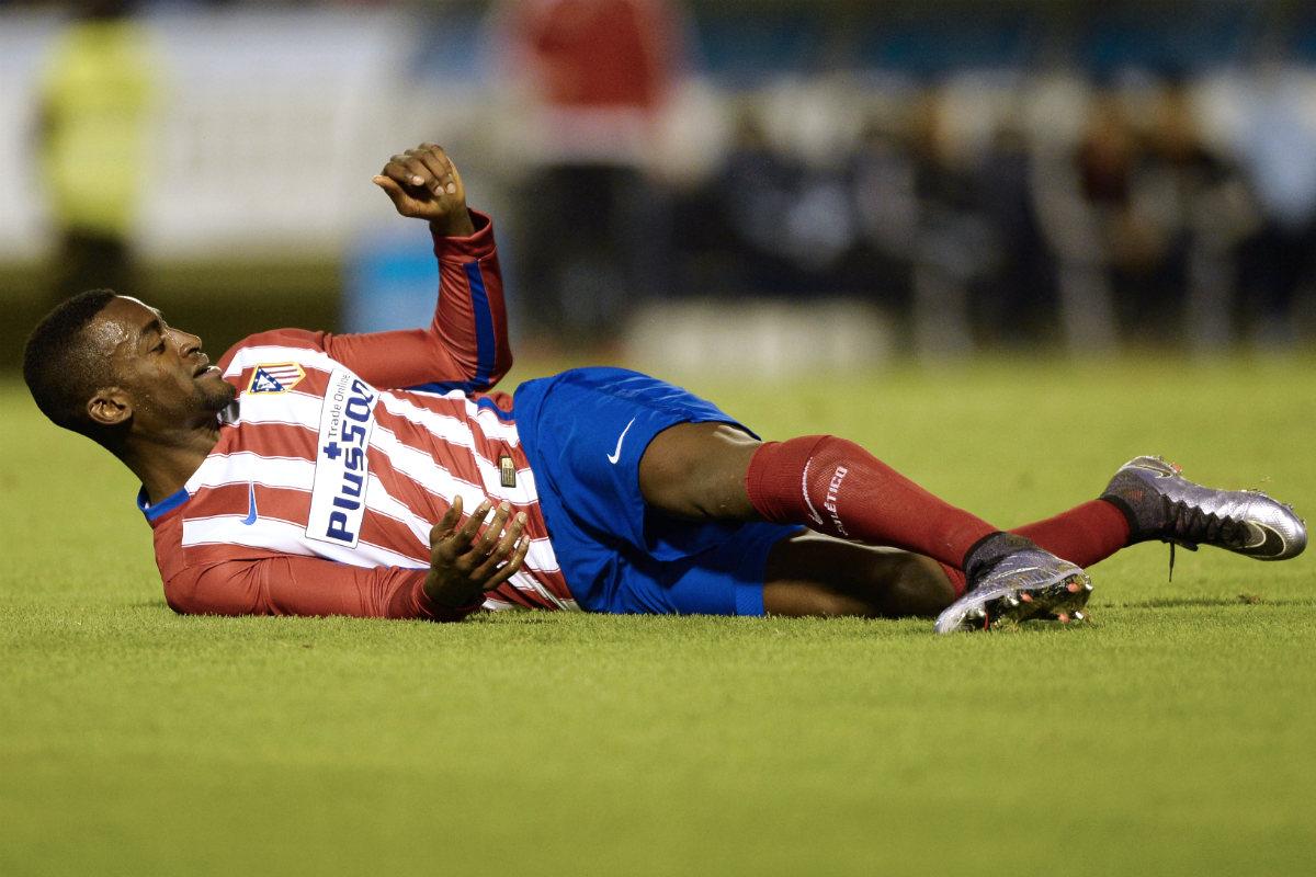 Jackson Martínez, en el suelo en un partido con el Atlético. (AFP)