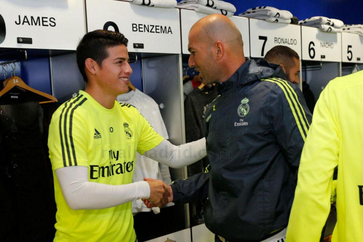 James saluda a Zidane el día de su primer entrenamiento. (realmadrid.com)